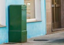 Зеленый почтовый ящик на улице Стоковые Изображения RF