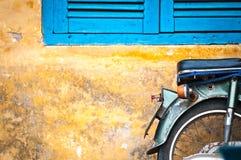 Самокат припарковал на старом здании в Вьетнам, Азии. Стоковая Фотография RF