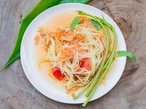 Зеленый салат папапайи в белой плите Стоковое фото RF
