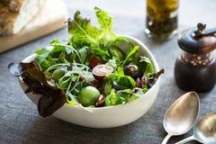 Зеленый салат с Goj iberry и пеканом стоковая фотография rf