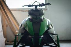 Зеленый снегоход в гараже Стоковое Изображение