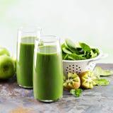 Зеленый сок в высокорослых стеклах Стоковое Фото