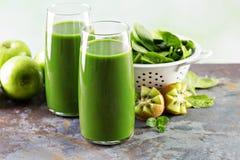 Зеленый сок в высокорослых стеклах Стоковые Фото