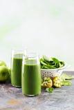 Зеленый сок в высокорослых стеклах Стоковая Фотография RF
