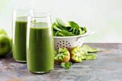 Зеленый сок в высокорослых стеклах Стоковое фото RF