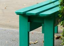 Зеленый стул в парке на дороге Стоковая Фотография RF