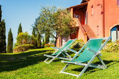 Зеленый луг загородного дома в Тоскане, Италии Стоковые Изображения RF