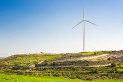 Зеленый луг при ветротурбины производя электричество стоковые фотографии rf