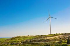 Зеленый луг при ветротурбины производя электричество стоковое изображение rf