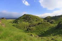 Зеленый холм с утесами Кавказом Стоковые Изображения RF