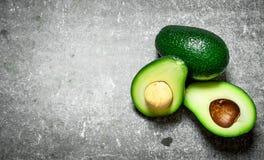 Зеленый цвет авокадоа на таблице Стоковые Изображения