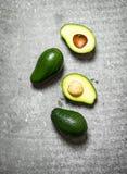 Зеленый цвет авокадоа на таблице Стоковое Фото