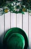 Зеленый цвет: Бархат Дерби и подарки в память о вечере на деревянной предпосылке Стоковые Изображения