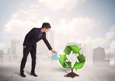 Зеленый цвет бизнесмена моча рециркулирует дерево знака на предпосылке города Стоковая Фотография RF