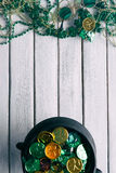 Зеленый цвет: Горшок с золотом лепрекона и подарки в память о вечере дня St. Patrick Стоковая Фотография