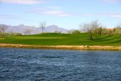 Зеленый цвет гольфа на пруде Стоковое Изображение RF