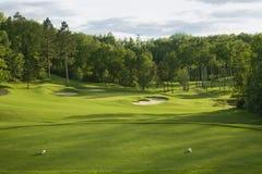 Зеленый цвет гольфа с бункерами в солнечном свете после полудня Стоковые Фотографии RF