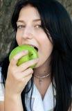 зеленый цвет девушки еды яблока Стоковое Фото