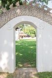 Зеленый цвет за дверью Стоковые Изображения