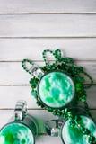 Зеленый цвет: Зеленое пиво с ожерельями дня St. Patrick Стоковые Изображения