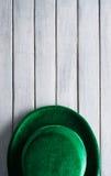 Зеленый цвет: Зеленый бархат Дерби сидит на деревянной предпосылке Стоковые Фотографии RF