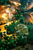 Зеленый цвет: Ирландский для кнопки дня с накаляя светами Стоковая Фотография RF