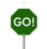 Зеленый цвет идет дорожный знак шоссе Стоковые Изображения RF