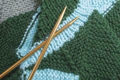Зеленый цвет и teal связали носки с иглами металла золота Стоковые Изображения