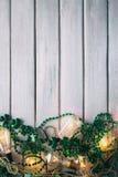Зеленый цвет: Накаляя света и предпосылка ожерелья шарика Стоковые Изображения RF