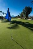 Зеленый цвет поля для гольфа с флагом в отверстии Стоковые Изображения RF