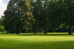 Зеленый цвет поля для гольфа Стоковая Фотография