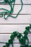 Зеленый цвет: Простая предпосылка ожерелиь дня ` s St. Patrick Стоковая Фотография RF