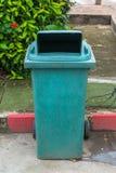 Зеленый цвет рециркулирует мусорный ящик Стоковое Изображение