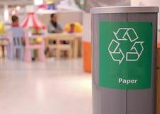Зеленый цвет рециркулирует символ на ящике Стоковое фото RF