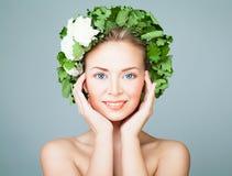 Зеленый цвет совершенной женщины нося выходит венок Стоковое Изображение