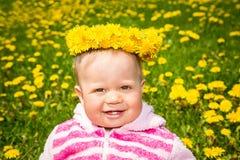 зеленый цвет травы девушки одуванчиков Стоковые Изображения
