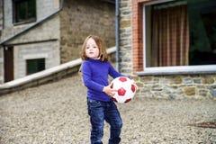 зеленый цвет травы девушки шарика предпосылки меньшее играя временя Стоковые Фотографии RF