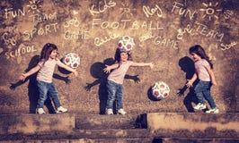 зеленый цвет травы девушки шарика предпосылки меньшее играя временя Стоковая Фотография RF
