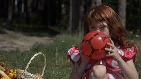 зеленый цвет травы девушки шарика предпосылки меньшее играя временя акции видеоматериалы