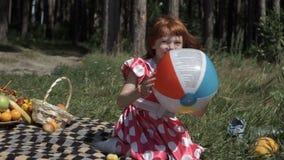 зеленый цвет травы девушки шарика предпосылки меньшее играя временя видеоматериал