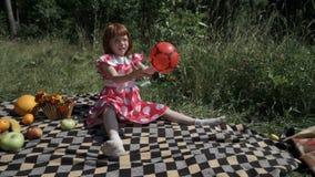 зеленый цвет травы девушки шарика предпосылки меньшее играя временя сток-видео