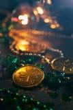Зеленый цвет: Фокус на монетке Shamrock золота Стоковое Изображение