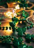 Зеленый цвет: Фокус на предпосылке St. Patrick ожерелья Shamrock Стоковое фото RF