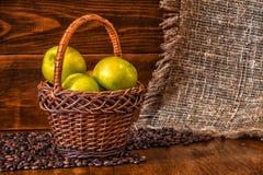 Зеленый цвет яблок в плетеной корзине Конец-вверх Стоковое Изображение