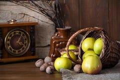 Зеленый цвет яблок в плетеной корзине Конец-вверх Стоковая Фотография