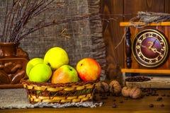 Зеленый цвет яблок в плетеной корзине Конец-вверх Стоковые Фото