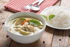 Зеленый цыпленок карри с тайской вермишелью риса, тайской кухней Стоковые Фото