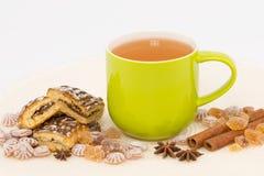 Зеленый чай в кружке стоковые фото