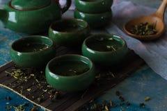 Зеленый чай в традиционных зеленых китайских чашках Стоковая Фотография