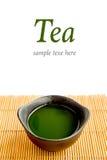 Зеленый чай на бамбуковой циновке (зеленый чай и палочки) с te образца Стоковое Изображение RF